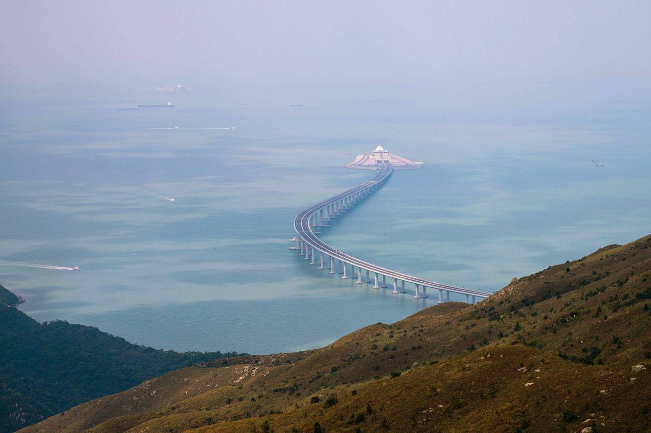 De Hongkong-Zhuhai-Macau brug gezien vanaf een van de eilanden van Hongkong.
