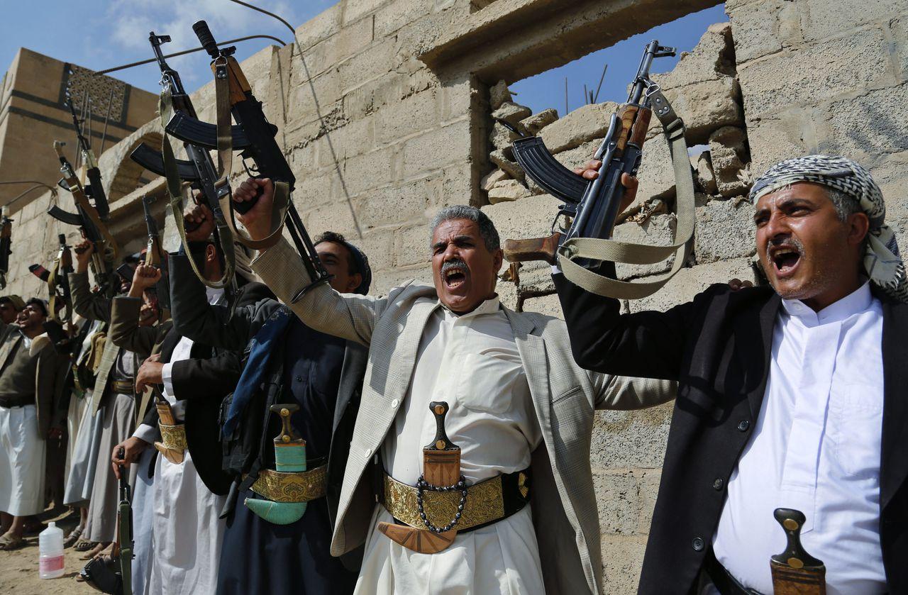 Houthi-leden in Jemen. In Jemen woedt sinds begin 2015 een oorlog tussen de shi'itische Houthi's en het soennitische Jemenitische leger dat loyaal is aan president Hadi.