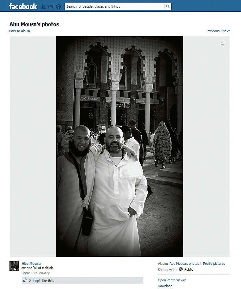 Facebookfoto van Abu Mousa al Gharib alias Jordi de Jong, met rechts naast hem ene 'Ali'