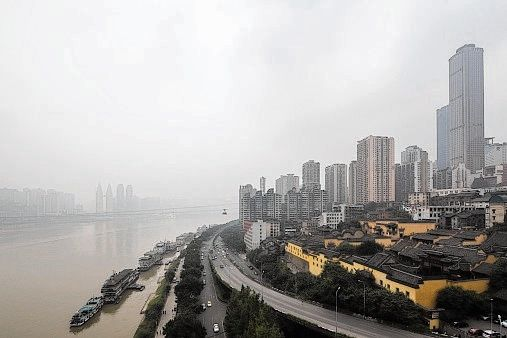 De skyline van Chongqing aan de Yangtse-rivier.