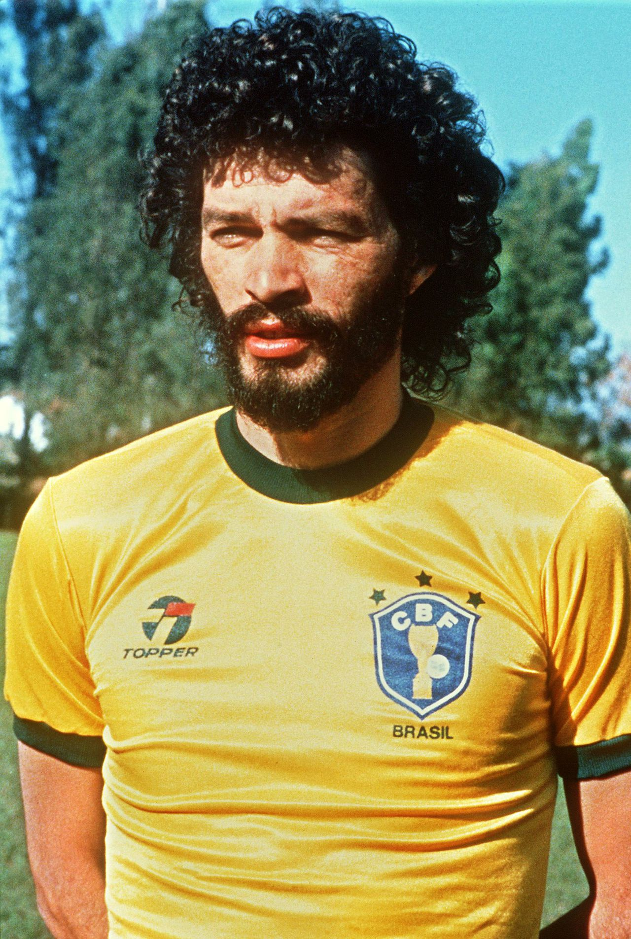 (FILES) A portrait taken in June 1985 of midfielder Socrates, selected to participate with Brazil's national football team to the 1986 World Cup taking place in Mexico from 31 May to 29 June. Former Brazil captain Socrates died on December 4, 2011 aged 57 from an intestinal infection, a spokesperson for the Albert Einstein Hospital announced. AFP PHOTO/ JORGE DURAN