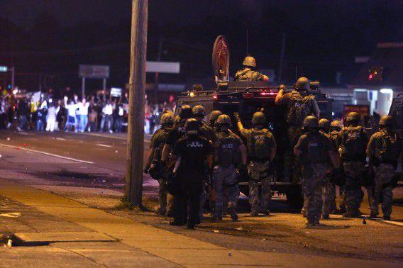 De oproerpolitie probeert demonstranten tegen te houden vannacht in de Amerikaanse buitenwijk Ferguson.