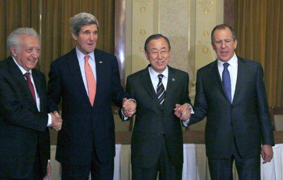 Van links naar rechts: internationaal bemiddelaar van de VN in Syrië Lakhdar Brahimi, John Kerry, Ban Ki-moon en de Russische minister van Buitenlandse Zaken Sergej Lavrov schudden de hand na een trilaterale bijeenkomst in Montreux op dinsdag.