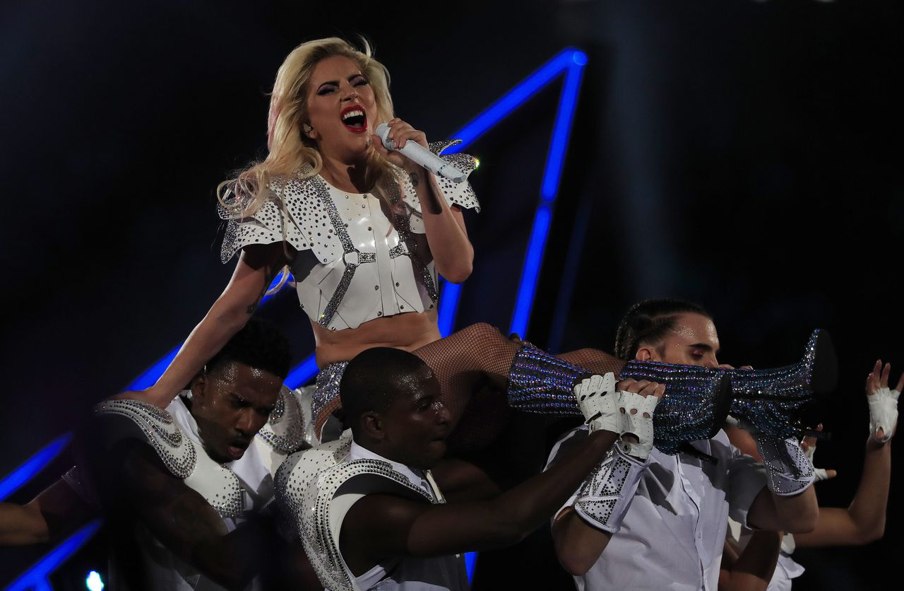 Amerikaanse zangeres Lady Gaga tijdens de Superbowl halftime show, in het NRG stadium in Houston, Texas op 5 februari 2017.