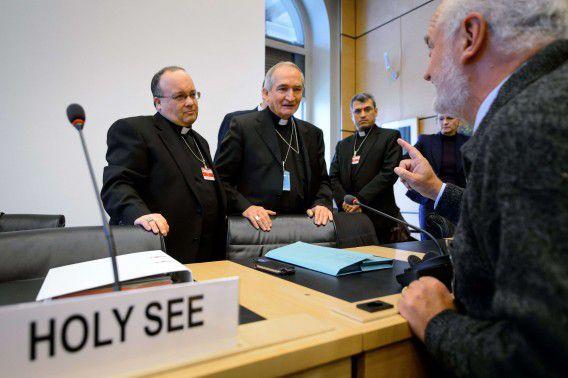 De delegatie van het Vaticaan: aartbisschop Charles Scicluna (links) en Silvano Tomasi (midden), Christophe El-kassis (achter) vandaag bij de hoorzitting van de VN-commissie.