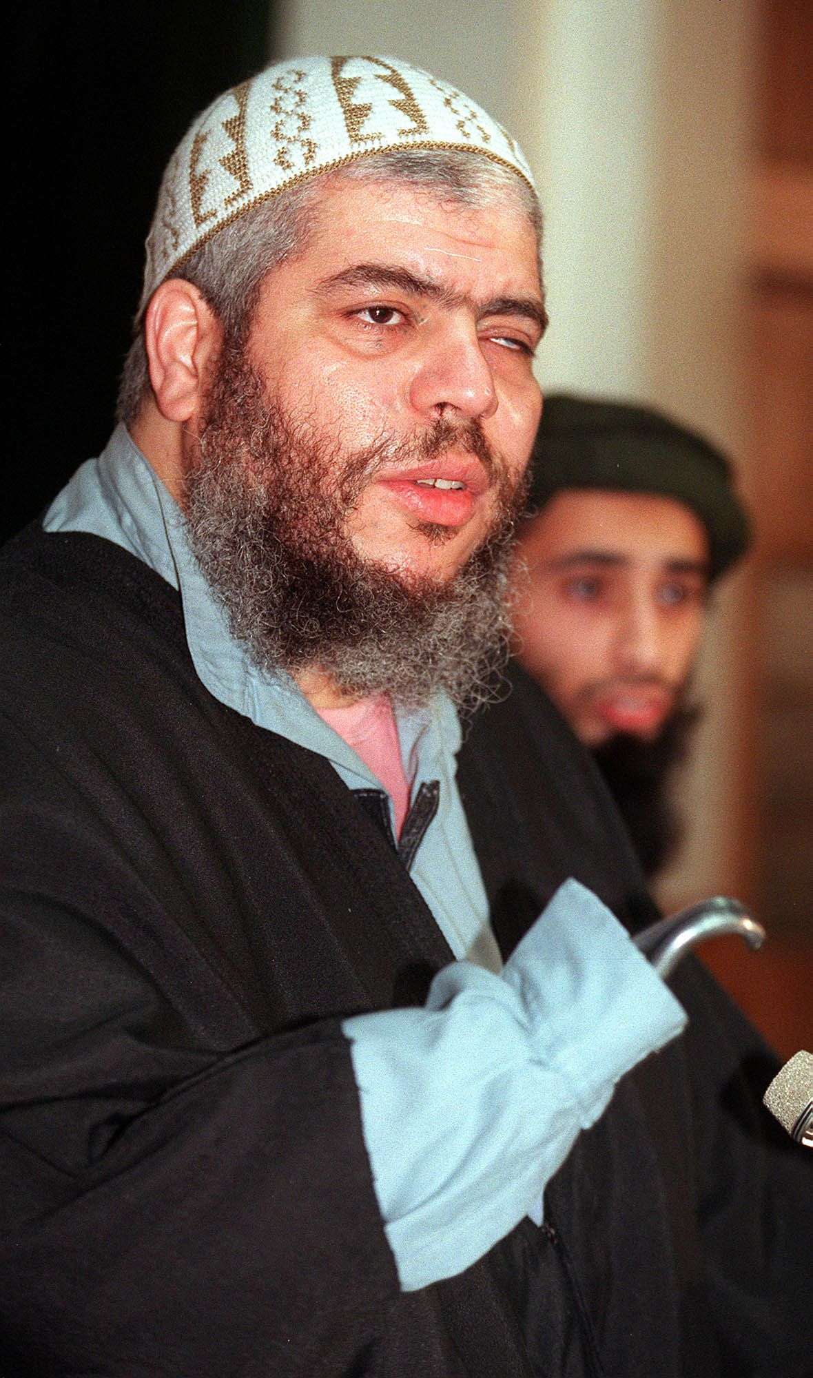 Abu Hamza al-Masri Foto AP ** FILE ** Muslim cleric Abu Hamza al-Masri, left, speaks at a press conference, Jan. 20, 1999. A jury sitting at London's, Old Bailey Court convicted radical Muslim cleric Abu Hamza al-Masri on Tuesday Feb. 7, 2006, of fomenting racial hatred and inciting followers to kill non-Muslims. Al-Masri, 47, the former imam at London's Finsbury Park mosque was also found guilty of possessing a terrorist document as well as threatening or abusive recordings. Al-Masri, Britain's best-known Islamist orator, could receive a maximum sentence of life in prison. The jury of seven men and five women found al-Masri guilty on seven of nine charges of soliciting murder. He was also convicted on two of four charges of stirring racial hatred. (AP Photo/Alastair Grant)