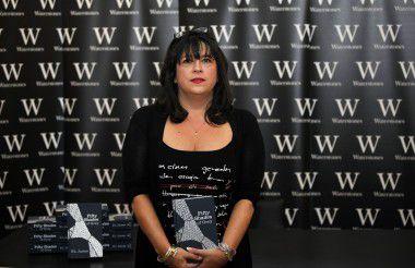 E.L. James in Londen in september 2012 tijdens een signeersessie in Waterstones boekhandel