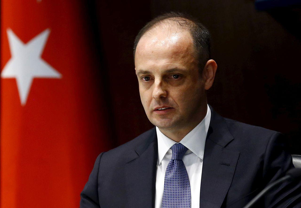 De ontslagen gouverneur van de Turkse centrale bank Murat Cetinkaya tijdens een persconferentie in 2016.