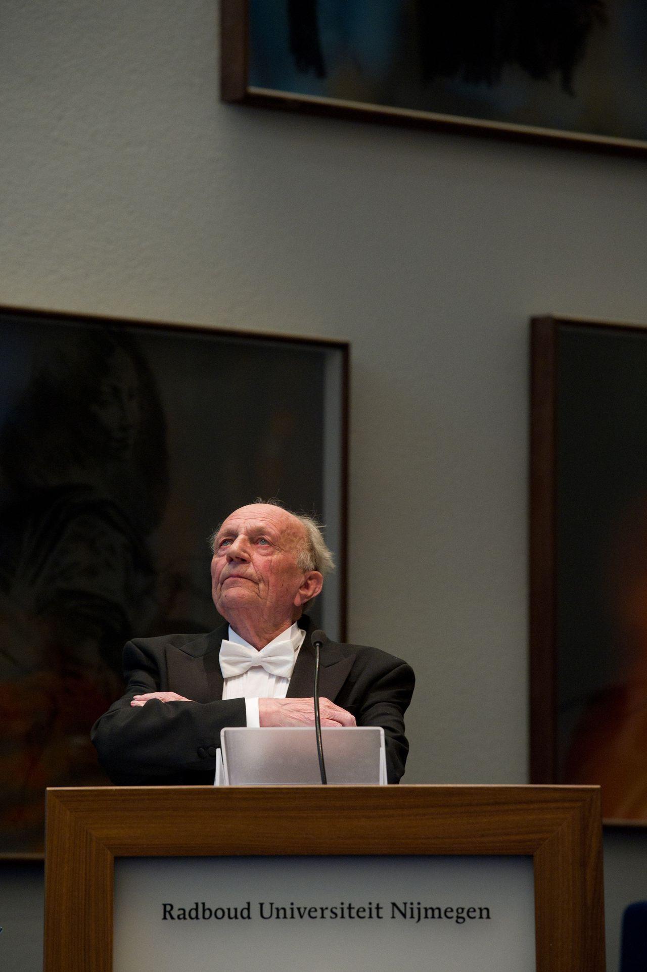 WFA28T:OUDSTE PROMOVENDUS NEDERLAND:NIJMEGEN;19APR2011-De 89 jarige promovendus Drs. Gerrit Deems uit Nijmegen promoveert met een proefschrift over de rooms-katholieke priester Alfons Ariëns. Hij is daarmee - zoals wordt aangenomen - de oudste promovendus die de bul fysiek in ontvangst mag nemen. FOTO: De 89 jarige promovendus Drs. Gerrit Deems uit Nijmegen tijdens de verdediging van zijn proefschrift.WFA/pr/str.Paul Rapp