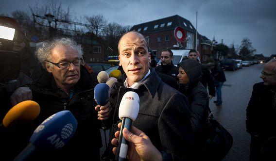 PvdA-leider Diederik Samsom staat de pers te woord tijdens zijn bezoek aan Middelstum, in het Groningse aardbevingsgebied.
