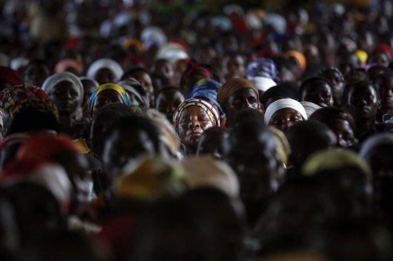 Buhonga, Burundi. Inwoners van Buhonga in Burundi wonen een kerkdienst bij. Duizenden Burundezen zijn op de vlucht geslagen vanwege politiek geweld in het land.