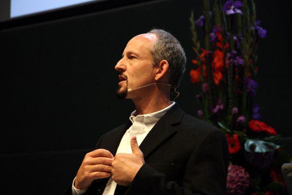 Marc Hauser in Leiden, tijdens zijn Tinbergenlezing vorig jaar. Foto Tinbergenlezing.nl