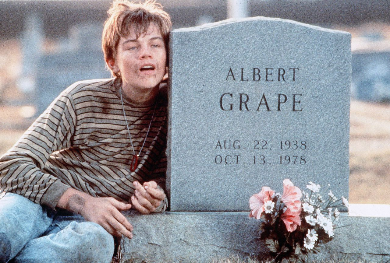Leonardo DiCaprio als het geestelijk gehandicapte broertje. What's Eating Gilbert Grape? (1993) Pers: Leonardo Di Caprio Dir: Lasse Hallstrom Ref: WHA034AB Photo Credit: [ Paramount / The Kobal Collection ] Editorial use only related to cinema, television and personalities. Not for cover use, advertising or fictional works without specific prior agreement