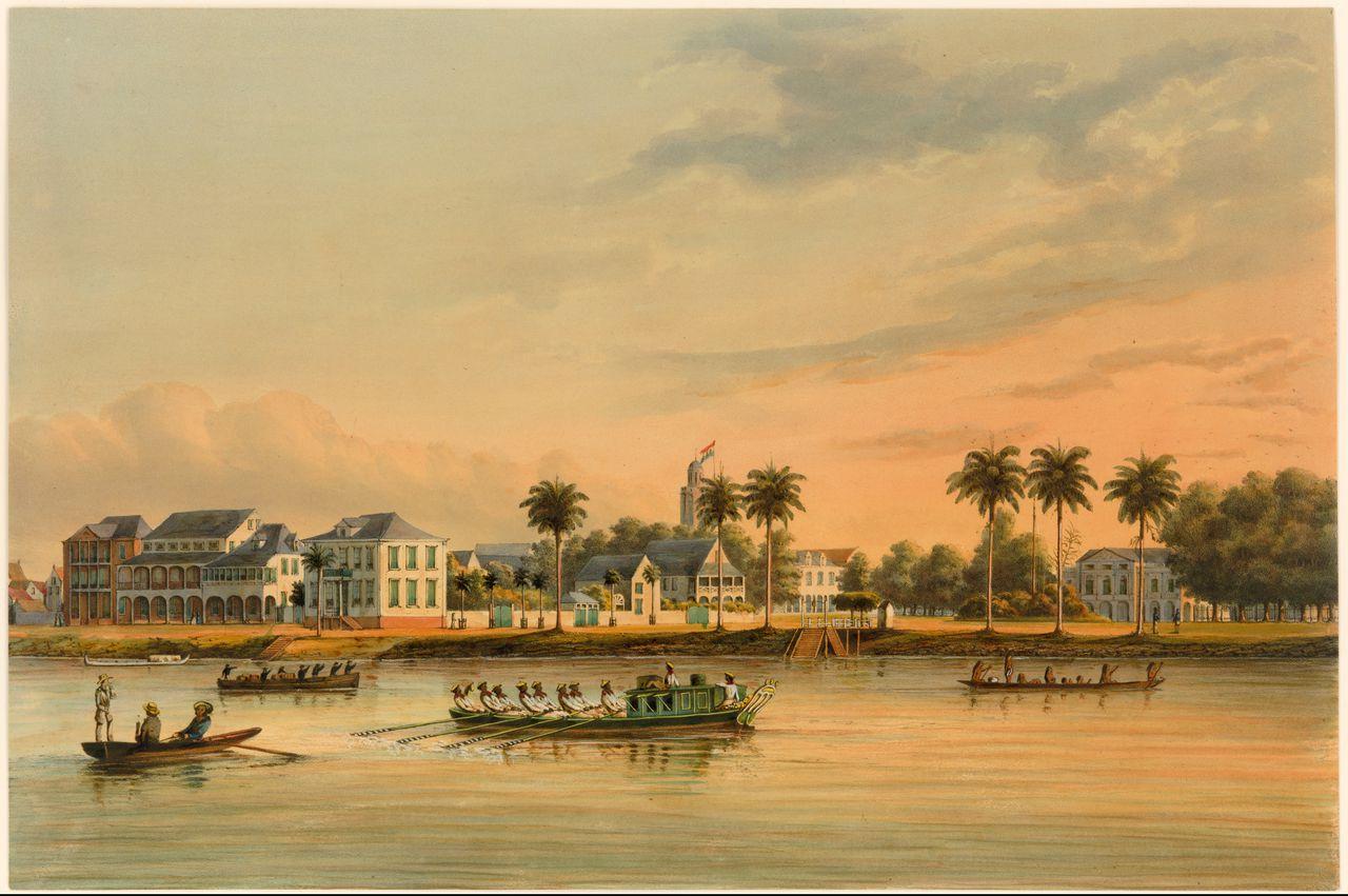 Paramaribo omstreeks 1860. De statige huizen dateren van na 1821, toen deze straat (de Waterkant) geheel afbrandde. Achter de drie palmen het paleis van de gouverneur.