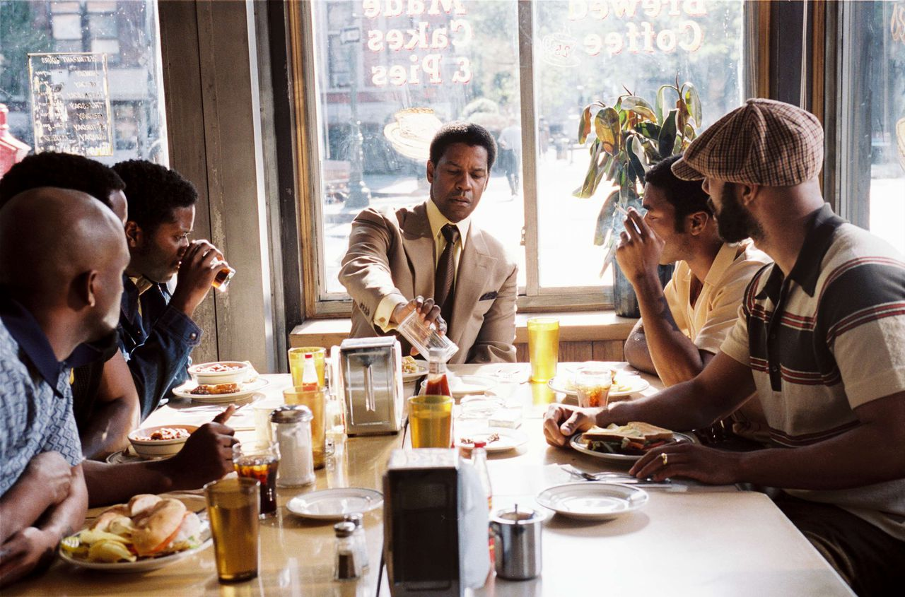Gangsters aan tafel scene uit de film American Gangster (2007) FOTO: UIP Gangster Frank Lucas (DENZEL WASHINGTON) gives his brothers a hard lesson in business in the true juggernaut success story of a cult hero from the streets of 1970s Harlem: American Gangster.