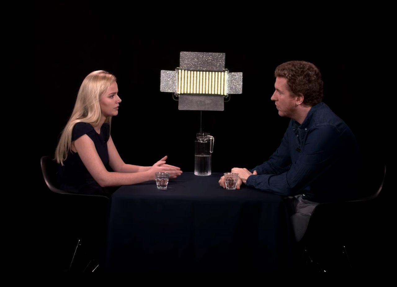 Eva Vlaardingerbroek (FvD) vertelt aan presentator Peter Vlemmix (nu bij ON) hoe het is om als jonge vrouw uitgesproken rechts te zijn.
