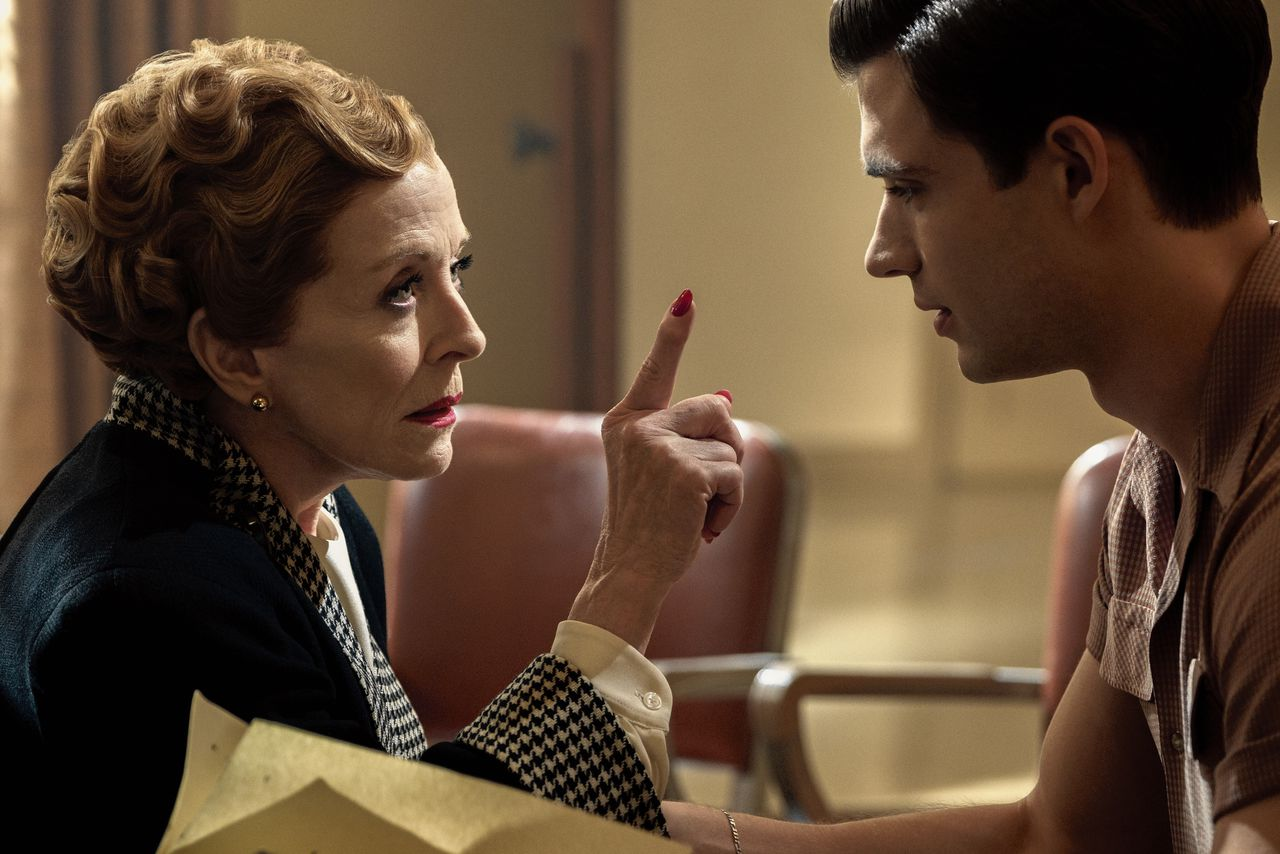 Scène uit Ryan Murphy's Hollywood, met links actrice Holland Taylor als Ellen Kincaid.