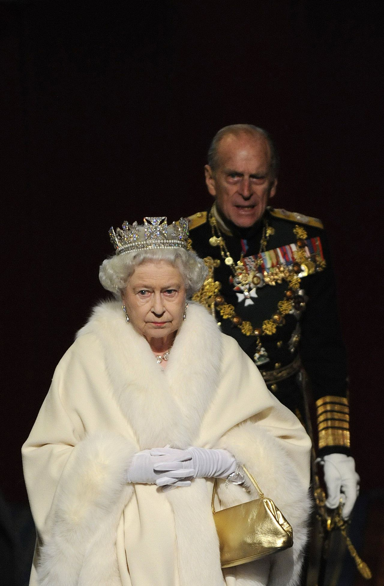 Britain's Queen Elizabeth II and her husband Prince Philip leave the Houses of Parliament after the annual State Opening of Parliament in London, on November 18, 2009. British Prime Minister Gordon Brown unveiled a crackdown on the banking industry Wednesday as part of a voter-friendly agenda designed to boost its chances at elections barely six months away. In a traditional Queen's Speech detailing its final legislative plans before ballots due by June, the government also put boosting growth and jobs as its top priority as Britain emerges from the global slowdown. AFP PHOTO/Toby Melville/WPA POOL