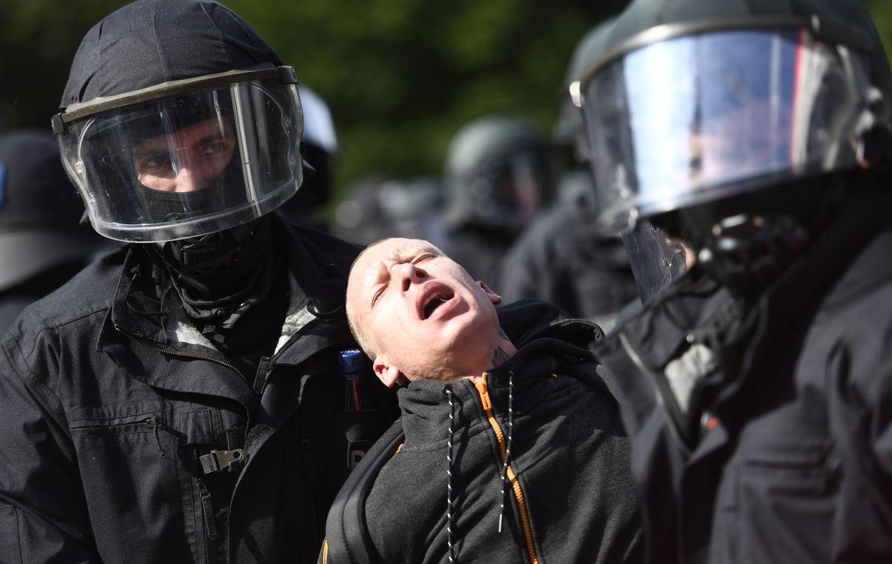 De Duitse politie rekent een demonstrant in tijdens de G20-top in Hamburg.
