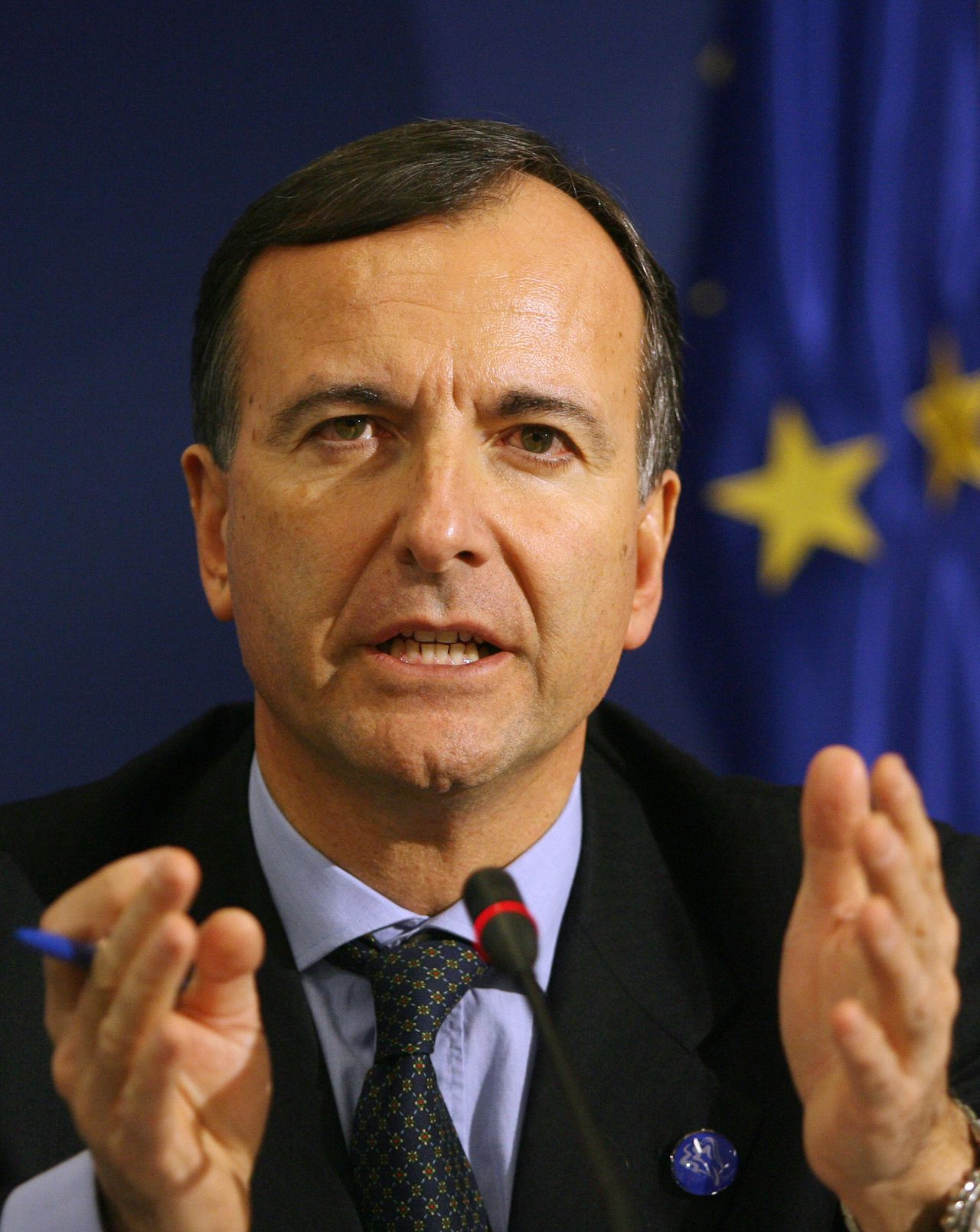 Vertrekkend (?) Europees Commissaris Franco Frattini Foto AFP FILES - Picture taken on January 26, 2008 shows EU Vice-President Commissioner Franco Frattini talking during the final press conference of an Informal meeting of European Justice Ministers at the conference centre of Brdo pri Kranju. Frattini is set to propose new, tougher EU border controls for people traveling to and from European Union countries on February 13, 2008. AFP PHOTO /DOMINIQUE FAGET