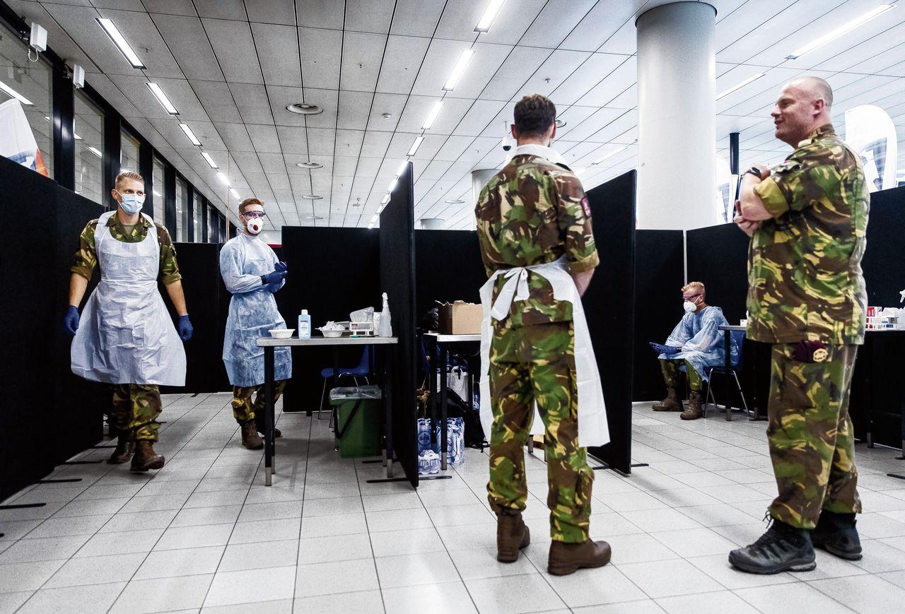Soldaten testen op Schiphol reizigers uit risicogebieden.