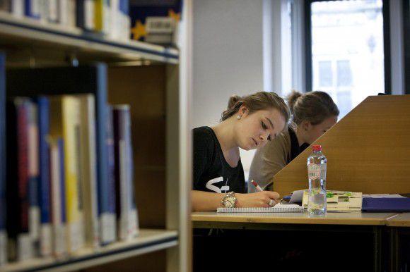 Nederland, Universiteitsbibliotheek Groningen. Studenten lenen steeds minder boeken, maar komen er wel steeds vaker om te studeren. foto: Pepijn van den Broeke