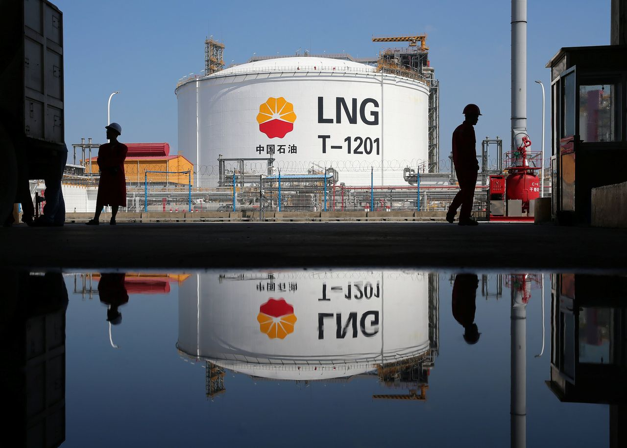 Een opslagtank van LNG in de Chinese haven Nantong.