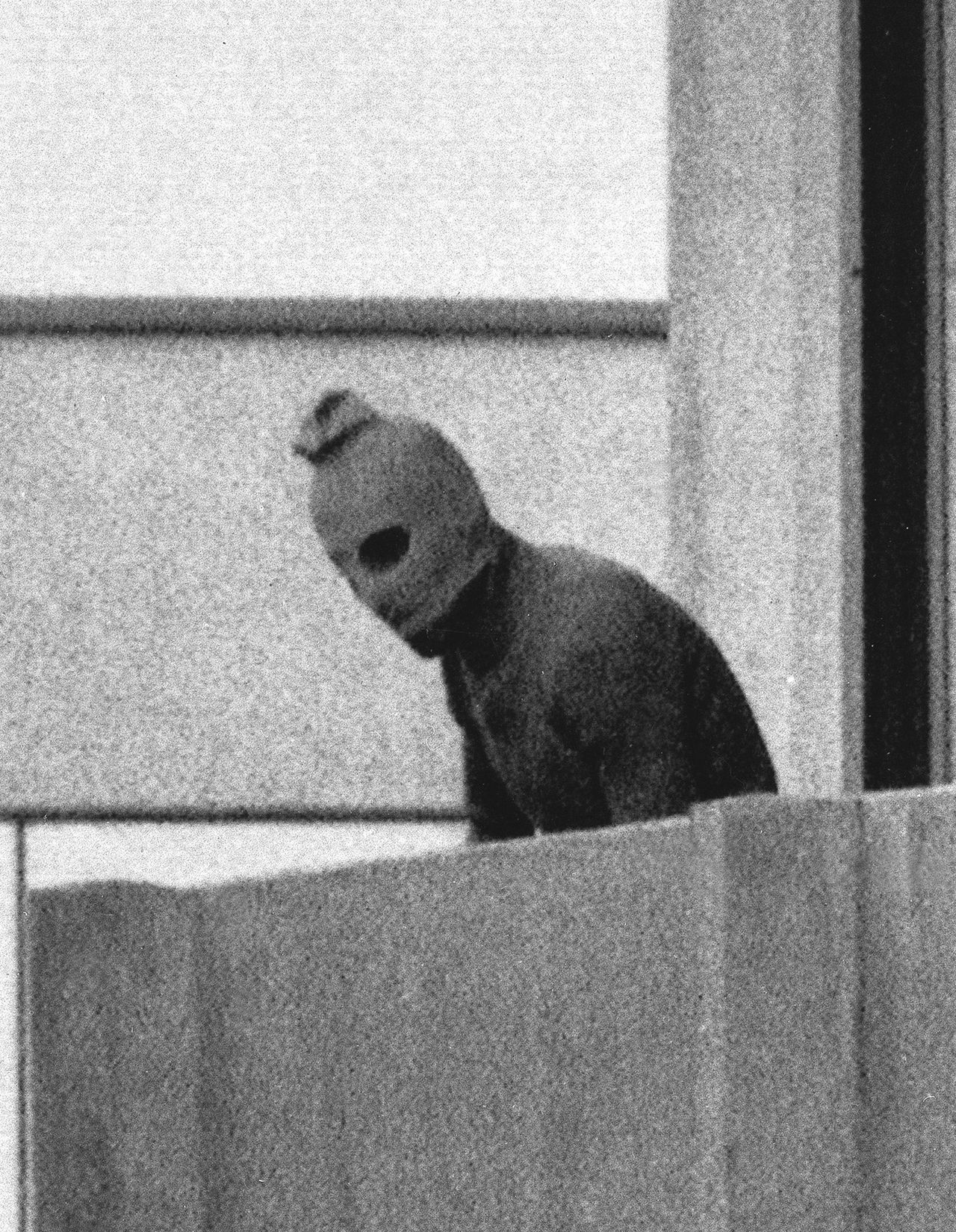 """Een van de Palestijnse terroristen in het Olympisch Dorp in München, 1972 Foto AP ** FILE ** A member of the Palestinian terrorist group which seized members of the Israeli Olympic team at their quarters at the Munich Olympic Village appears with a hood over his face on the balcony of the village building where the commandos held their hostage in this Sept. 5, 1972 file photo. The tragic events of the 1972 Summer Games are recalled in """"Munich,"""" Steven Spielberg's new film about Israeli hit squads avenging the team members' deaths. (AP Photo/Kurt Strumpf)"""
