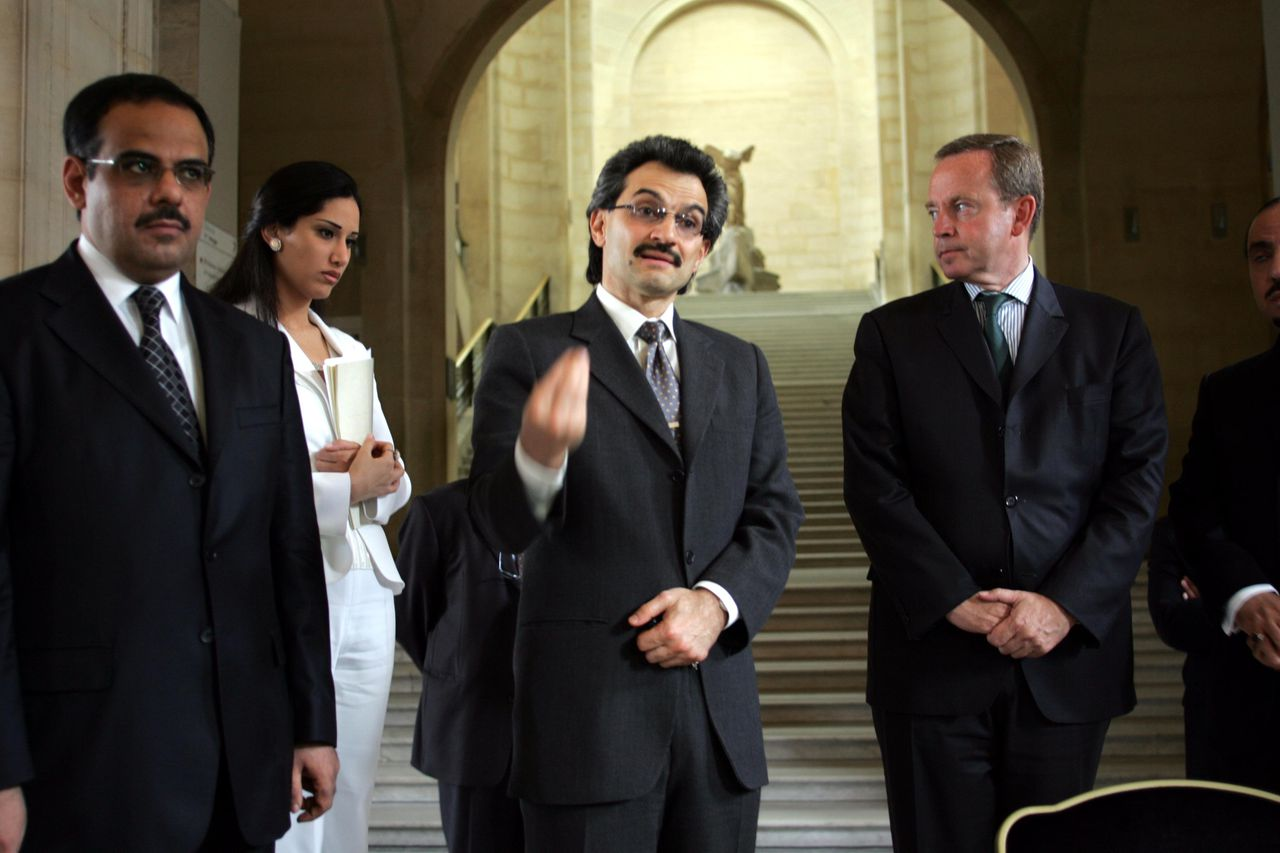 De Saoedische prins Al Waleed Bin Talal Al Saud bezoekt in 2005 het Louvre om een donatie te doen aan de afdeling islamitische kunst. Foto Corbis 26 Jul 2005, Paris, France --- Saudi Prince Al Waleed Bin Talal Al Saud during a visit to Paris to give a donation to the Musee du Louvre where a section devoted to Islamic art will be created. He will stay at the Georges V hotel, of which he is owner, before joining his private Boeing 747 super-jumbo at Le Bourget airport to travel back to Ryad. The Saudi Prince visits the Musee du Louvre with French Minister Renaud Donnedieu de Vabre. --- Image by © Jerome Sessini/068034/Corbis