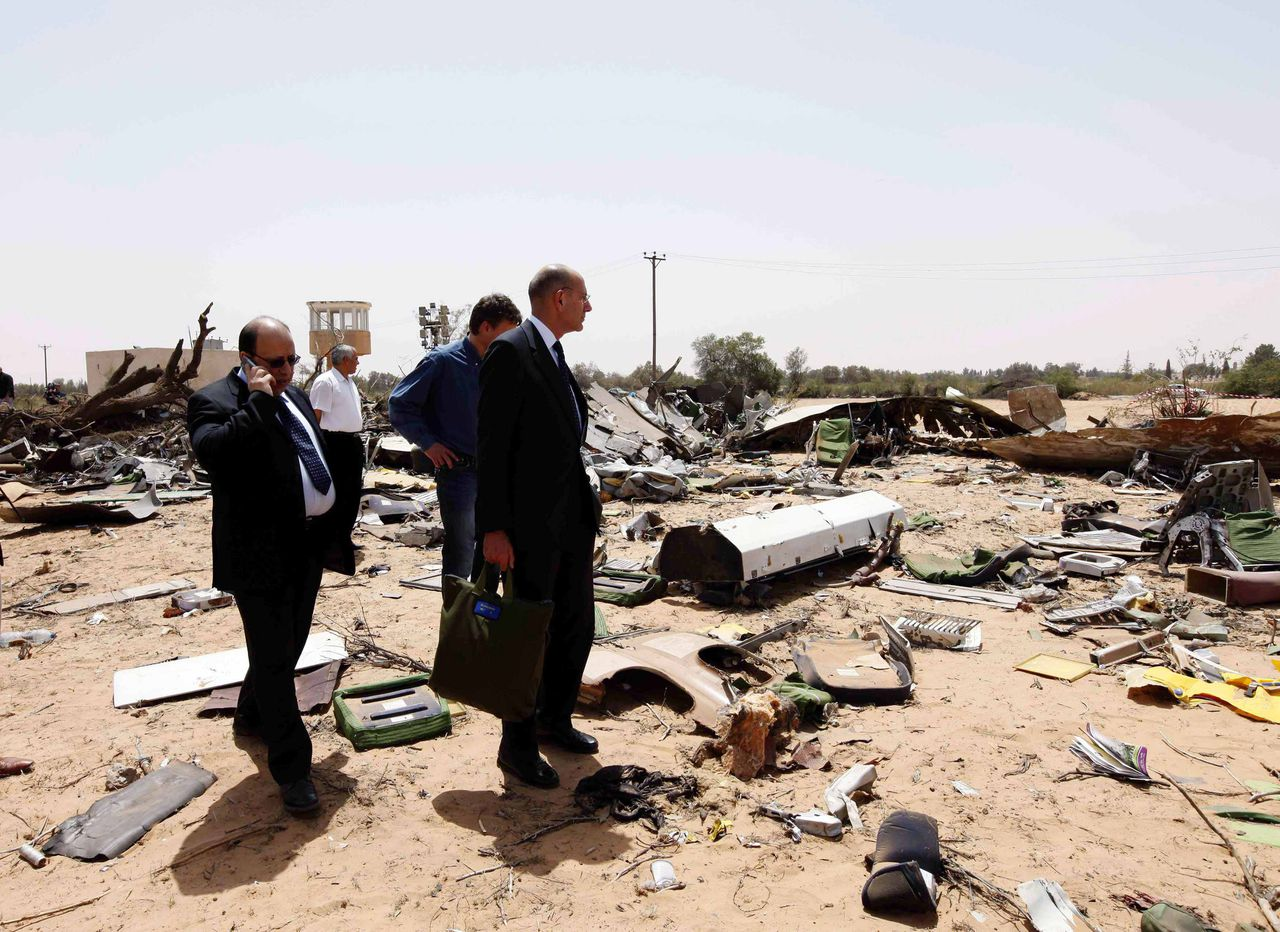 Netherlands' Foreign Affairs Secretary-General Ed Kronenburg(R) of the Netherlands visits the Afriqiyah Airbus crash site in Tripoli May 13, 2010. Aviation experts combed debris for more clues on Thursday after finding the two black boxes from an Airbus jet that crashed at Libya's Tripoli airport, killing all but one of the 104 people on board. REUTERS/Ismail Zitouny(LIBYA - Tags: TRANSPORT DISASTER)