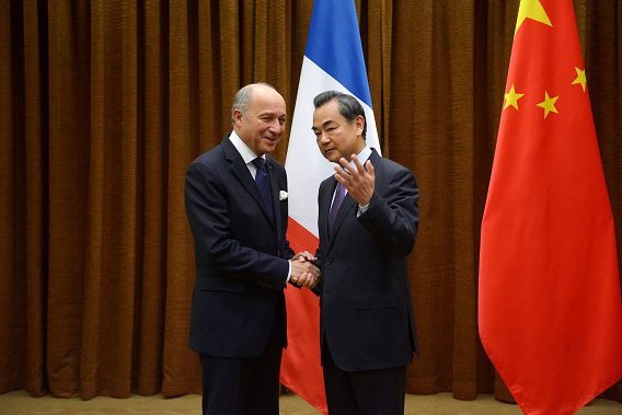 De Franse minister van Buitenlandse Zaken met zijn collega Wang Yi. Voorafgaand aan hun ontmoeting sprak Wang zich positief uit over de Russisch-Amerikaanse overeenkomst over chemische wapens in Syrië.