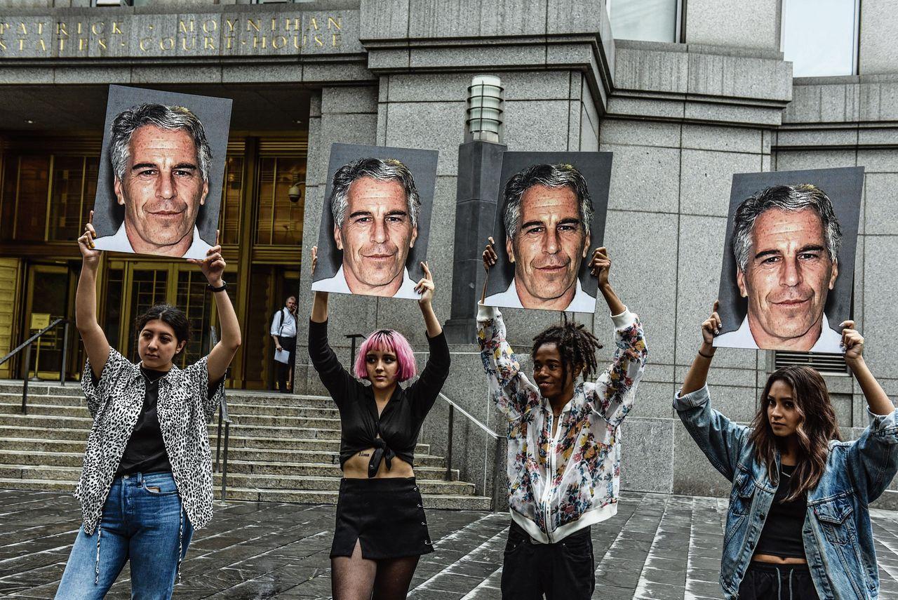 De actiegroep Hot Mess toont foto's van Jeffrey Epstein bij een rechtbank in New York.