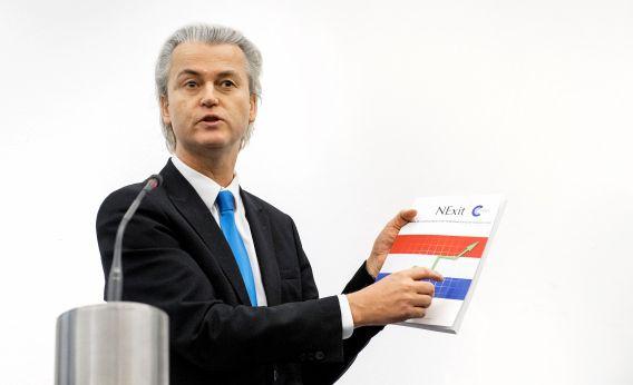 PVV-leider Geert Wilders met het 'NExit'-rapport tijdens de presentatie in Nieuwspoort.