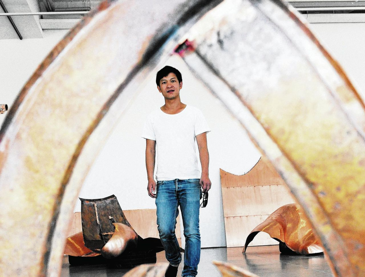 De Deens-Vietnamese kunstenaar Danh Vo en zijn installatie 'We the people' in Kassel in 2011.