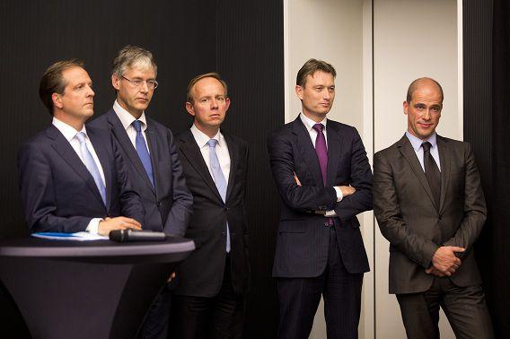 De fractievoorzitters van de partijen die het akkoord sloten gisteravond op een rij, met van links naar rechts Alexander Pechtold (D66), Arie Slob (ChristenUnie), Kees van der Staaij (SGP), Halbe Zijlstra (VVD) en Diederik Samsom (PvdA).
