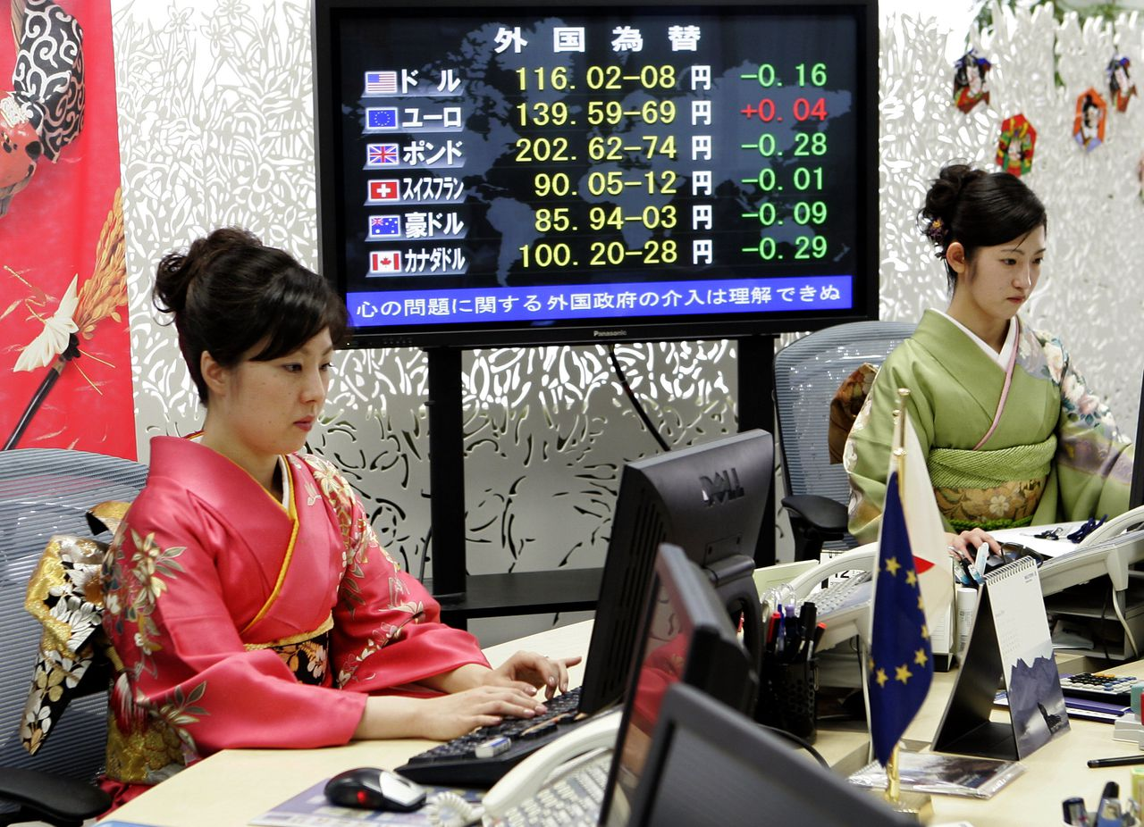 Currency traders in traditional Kimono monitor screens during the year's first day trading at a foreign currency brokage in Tokyo, 04 January 2006. The US dollar fell to 115.98 yen in Tokyo morning trade from 116.06 yen in New York late 03 January. AFP PHOTO / TOSHIFUMI KITAMURA