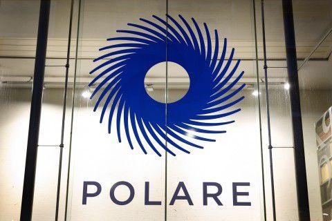 Het logo op een vestiging van Polare.
