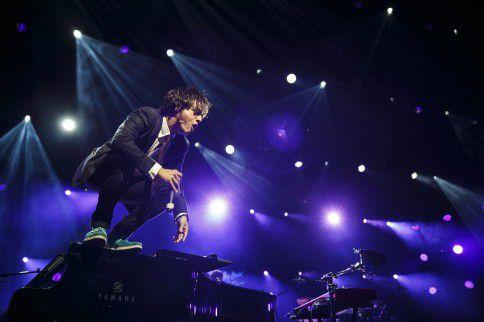 De Britse jazz-popzanger Jamie Cullum sprong vorig jaar tijdens de 48e editie van het Montreux Jazz Festival, in Zwitserland, van een piano af. Cullum komt naar North Sea Jazz 2015.