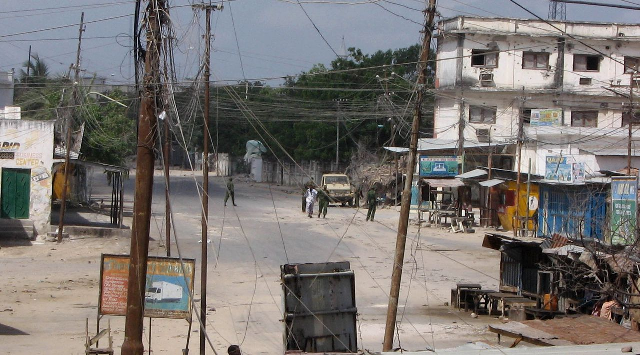 Militairen in de Somalische hoofdstad Mogadishu. Gisteren werd hevig geschoten in het stadscentrum. Foto AP Troops walk in a deserted street Wednesday, Jan 10, 2007, in Mogadishu, Somalia the morning after a rocket-propelled grenade was fired at Ethiopian troops, Tuesday night, in the south of the capital. The grenade missed the target and hit a house, injuring two civilians, a local resident, Khadija Muhyadin, said. (AP Photo/Mohamed Sheikh Nor)