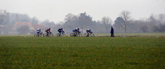 Wielrenners in actie tijdens de Omloop Het Nieuwsblad.