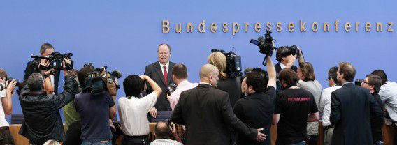 Steinbrück, midden, presenteert zijn 100 dagenplan tijdens een persconferentie in Berlijn