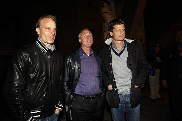 30-03-2011, Amsterdam. Johan Cruijff, Bergkamp en Jonk na afloop van de vergadering. Foto Bas Czerwinski