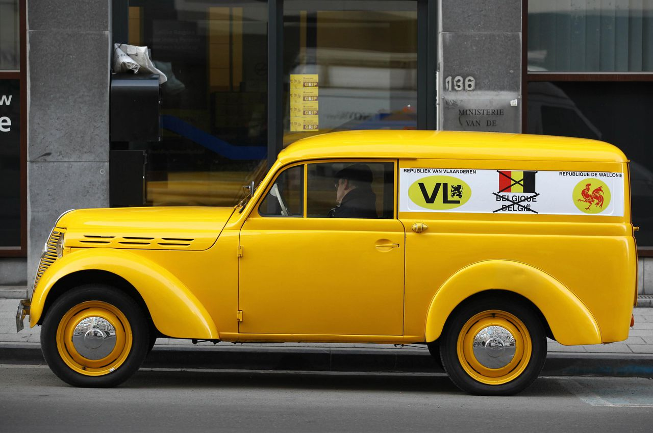 A yellow car with a sign promoting the republic of Flanders, the republic of Wallonia and the end of Belgium, is parked near the headquarters of N-VA as politicians discuss the proposal of royal conciliator Johan Vande Lanotte on January 5, 2011 in Brussels. After six months of failed attempts to put together a government, Belgian political leaders are being offered a fresh chance to end the langage-divided nation's longest crisis. Socialist politician Johan Vande Lanotte, the latest in a string of special mediators appointed by King Albert II to end the impasse, on January 1, 2011 issued a new proposal to bridge the gulf between Belgium's Dutch and French speakers. AFP PHOTO / BELGA / JULIEN WARNAND
