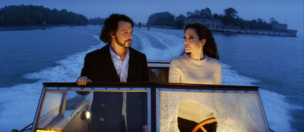 """scene uit de film The Tourist (2010) FOTO: Sony Pictures Johnny Depp as """"Frank"""" and Angelina Jolie as """"Elise"""" in Columbia Pictures' thriller THE TOURIST."""