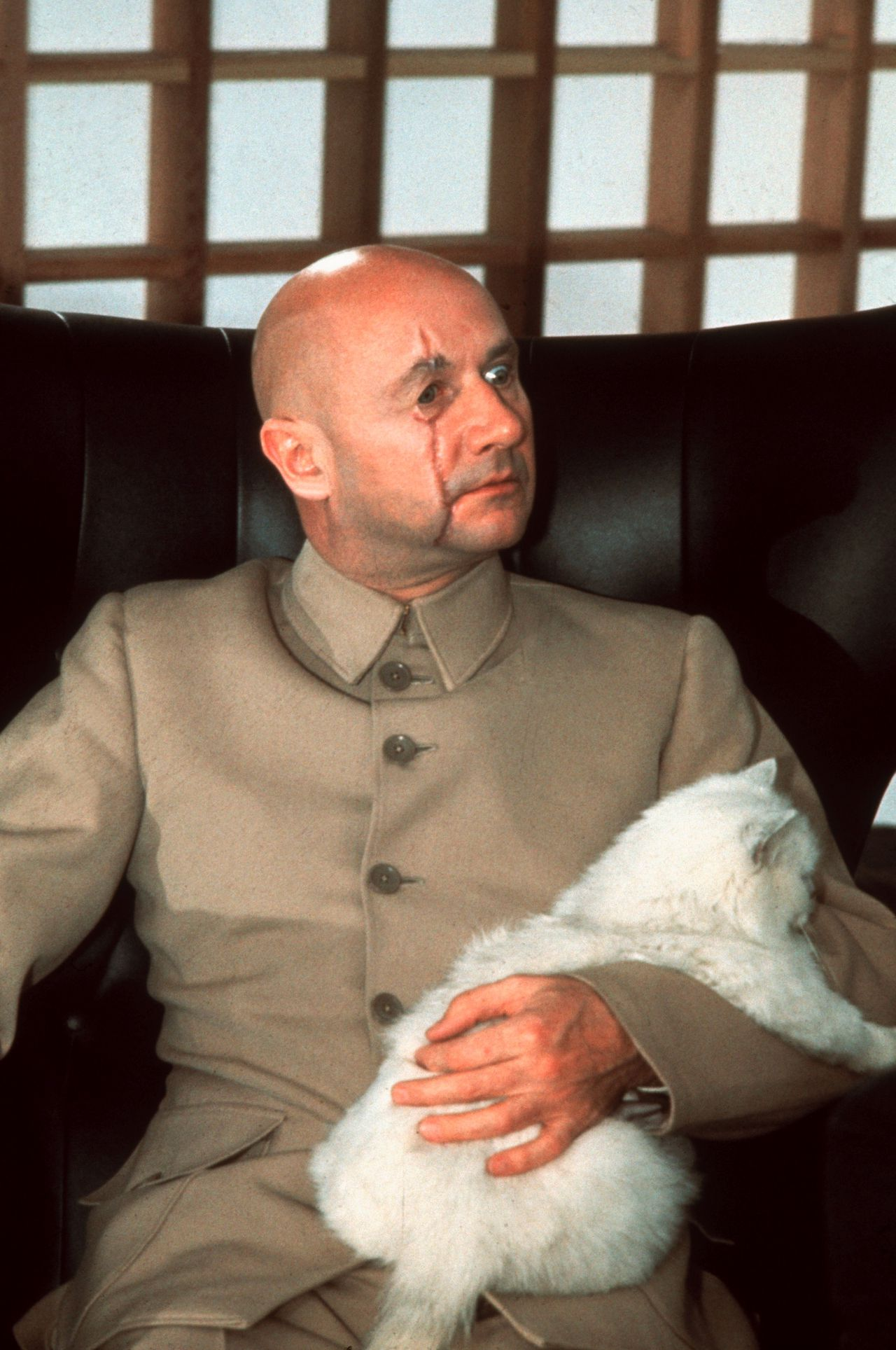 Donald Pleasence als Blofeld You Only Live Twice (1967) Pers: Donald Pleasence Dir: Lewis Gilbert Ref: !YO001HY Photo Credit: [ Danjaq/Eon/UA / The Kobal Collection ] Editorial use only related to cinema, television and personalities. Not for cover use, advertising or fictional works without specific prior agreement