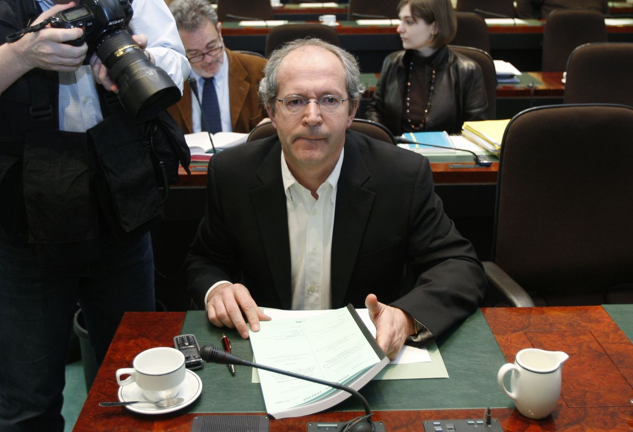 Parliament member Renaat Landuyt attends a parliamentary committee meeting in Brussels March 18, 2009. Belgium's lower chamber is investigating the Belgian government which is suspected to have meddled in a court ruling on the break-up of financial services group Fortis. REUTERS/Francois Lenoir (BELGIUM BUSINESS POLITICS CONFLICT SOCIETY)