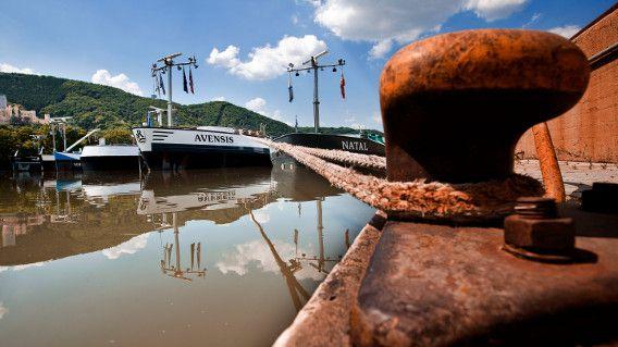 Eerder deze zomer moesten Nederlandse binnenvaartschippers die wel vracht te vervoeren hadden veelal stilliggen vanwege ene te hoge waterstand.