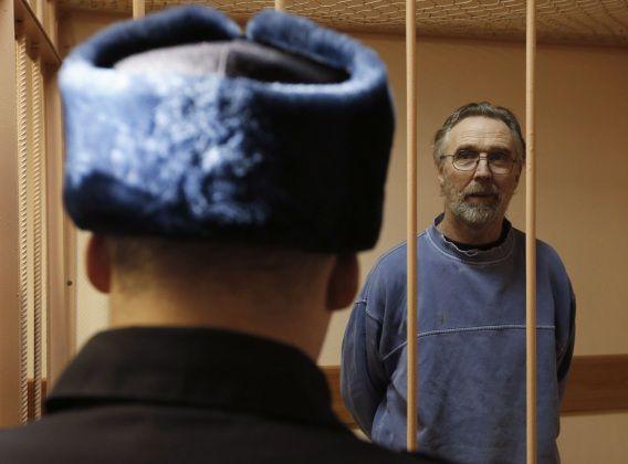 Colin Russell in een cel tijdens een zitting van de rechtbank in Sint-Petersburg.