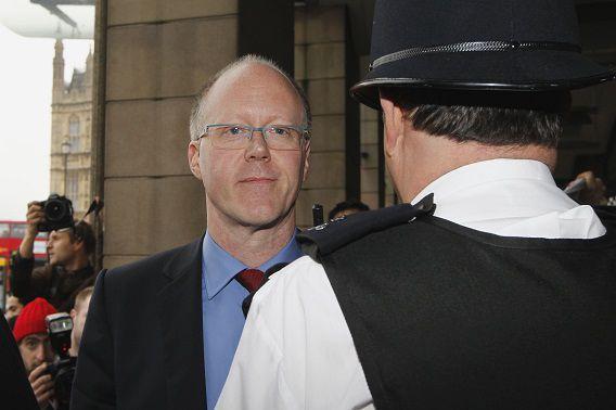 George Entwistle stapt op na een uitzending van Newsnight waarin een politicus ten onrechte in verband werd gebracht met kindermisbruik. Ook door de grootschalige misbruikzaak rond Jimmy Savile krijgt de omroep kritiek.