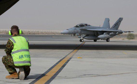 Australische straaljagers arriveren op hun basis in het Midden-Oosten.